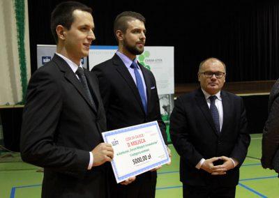 Mgr Paweł Groch (z lewej) oraz mgr Arkadiusz Niemczyk (w środku) zdobyli II miejsce w konkursie pn. Forum Młodych Innowatorów.